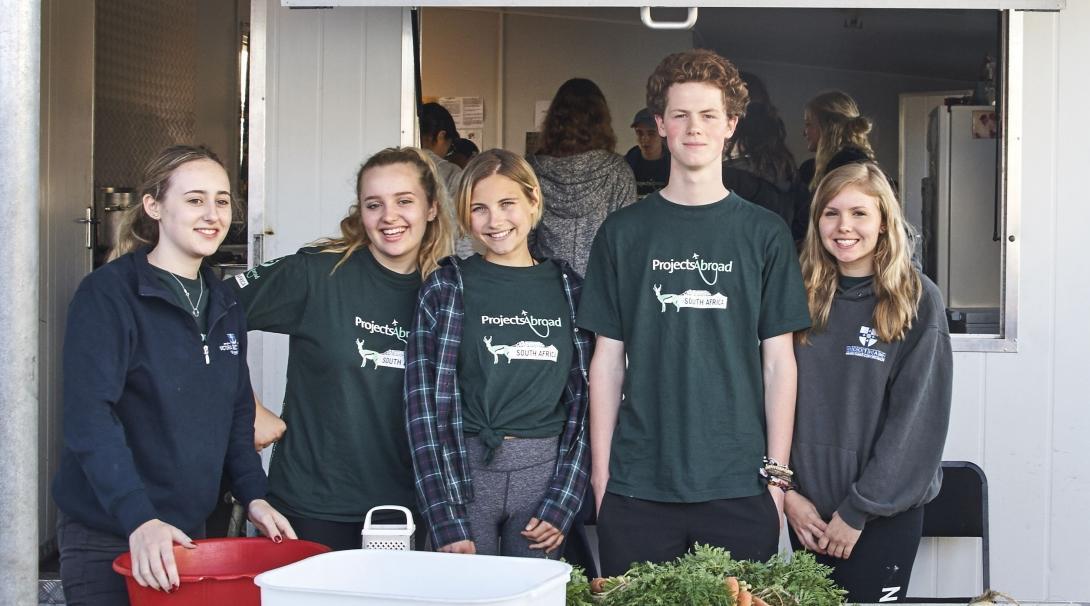 Jóvenes voluntarios preparando comida para su trabajo social en Sudáfrica.